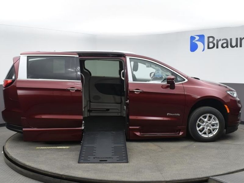 New 2021 Chrysler Pacifica.  ConversionBraunAbility Chrysler Entervan XT